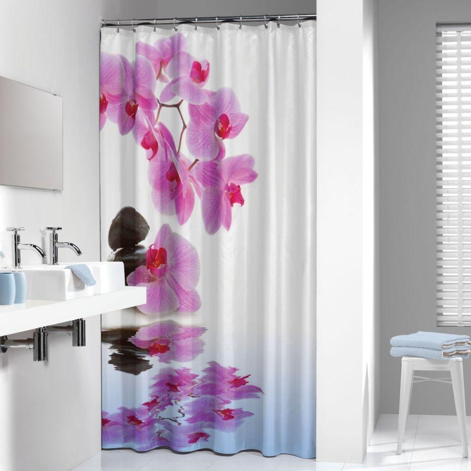 Minimalizm nie musi być nudny - kolorowe zasłony prysznicowe