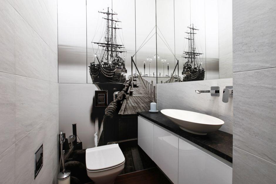Łazienka z żaglowcem na ścianie