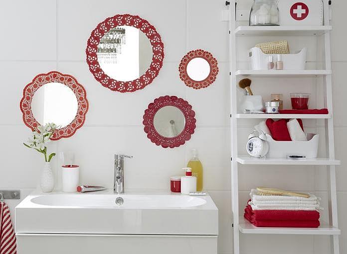 Lustra w łazience z dekoracyjnym akcentem