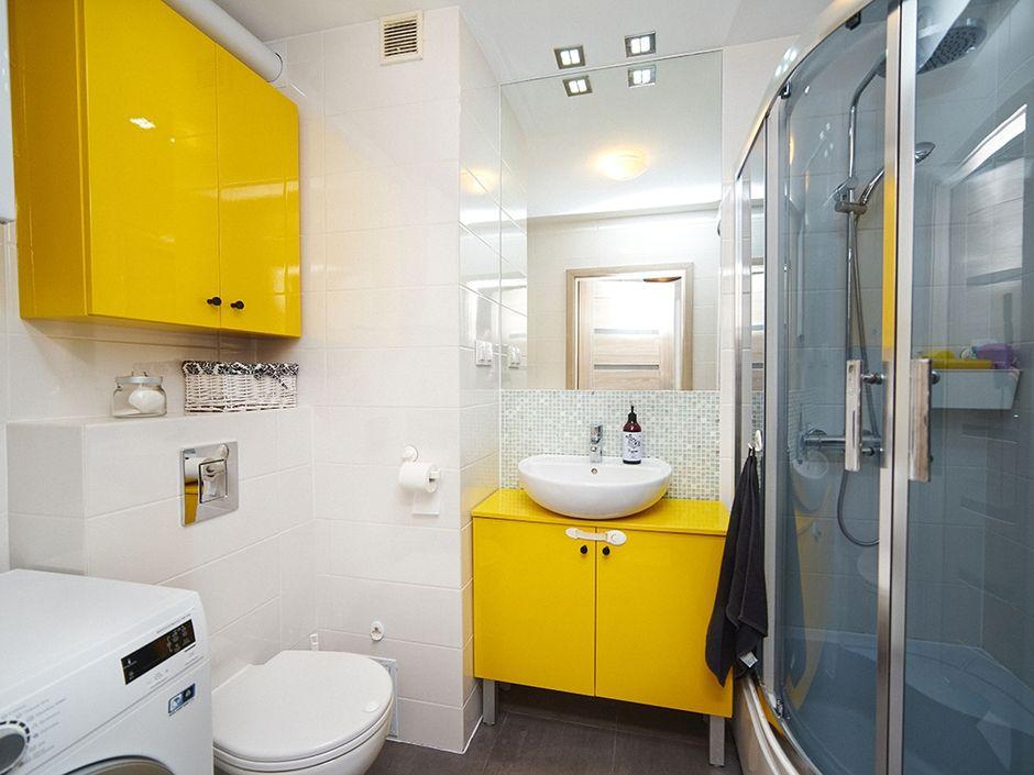 Meble łazienkowe z kolorowymi frontami