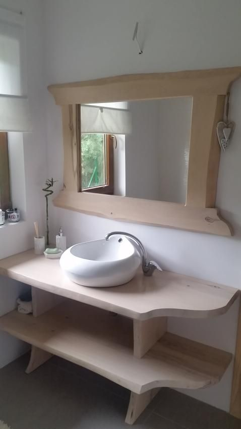 Drewniana szafka pod umywalkę i lustro w drewnianej ramie - styl rustykalny w łazience