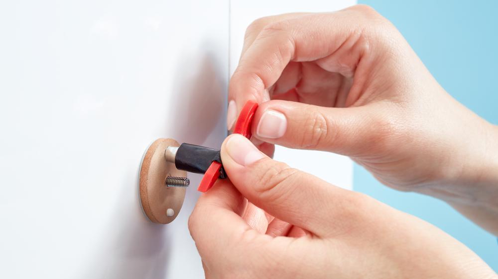 montaż akcesoriów łazienkowych tesa bez wiercenia - wypełnij adapter masą klejącą