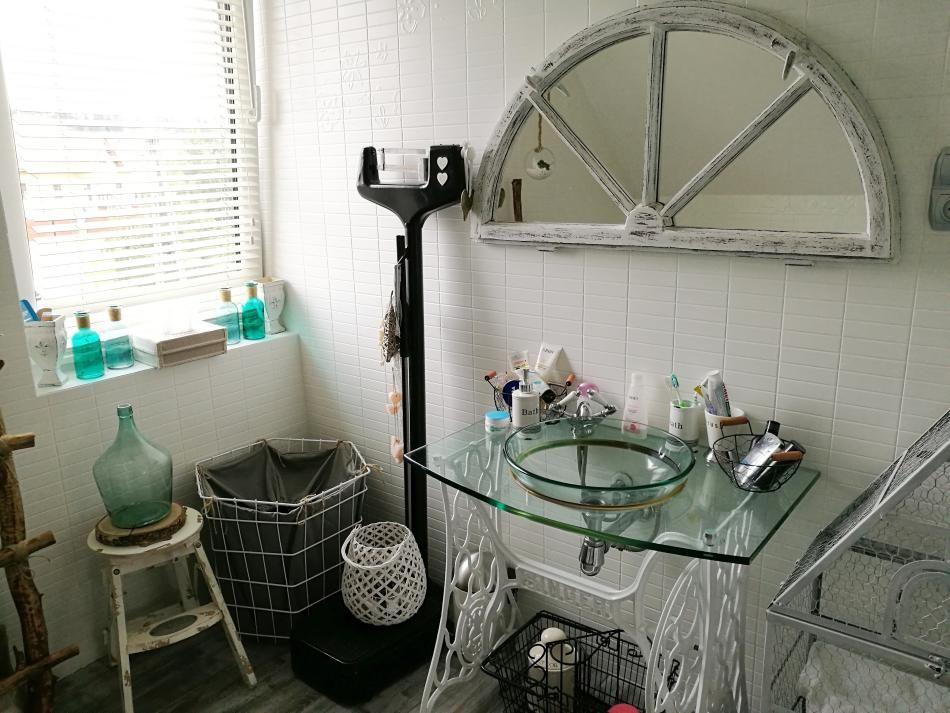 Ręcznie robione łazienkowe dodatki dekoracyjne i meble