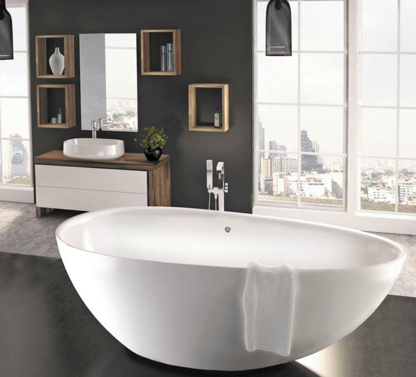 Wanna wolnostojąca TRE XL oraz oryginalne meble typu kubik na ścianie - łazienka nowoczesna