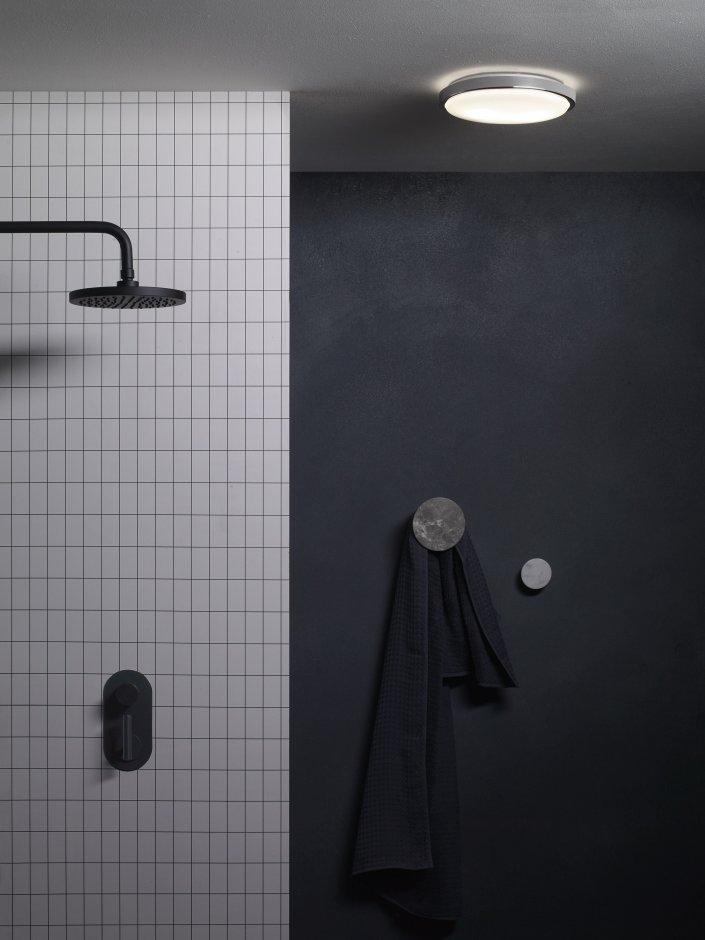 Oświetlenie sufitowe nad prysznicem