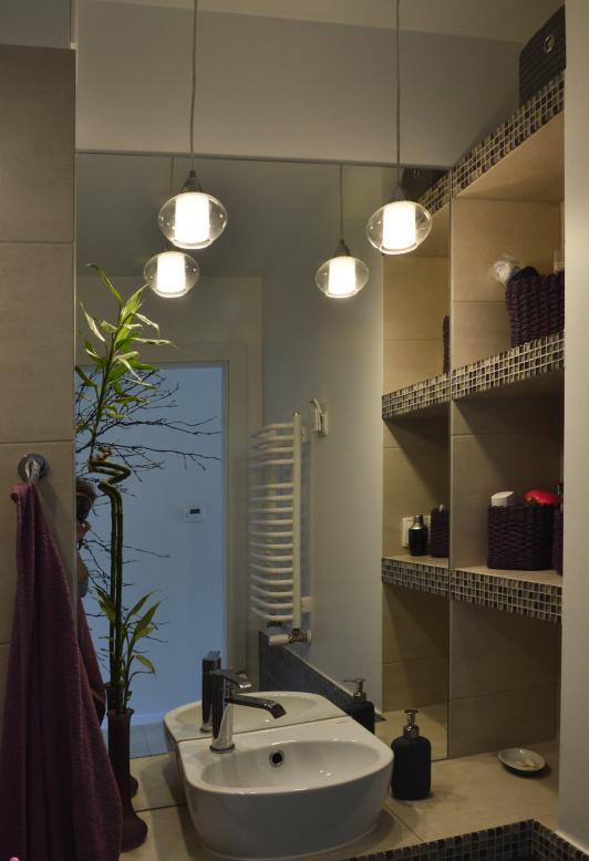 półki wnękowe obok lustra łazienkowego
