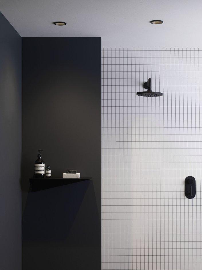 Punktowe oświetlenie nad prysznicem