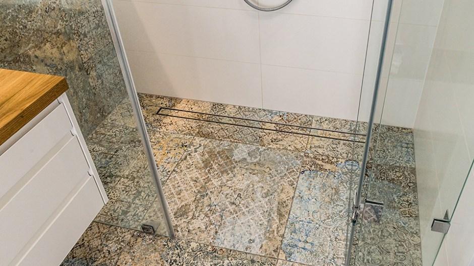 Remont łazienki - jak zrobić spadek pod odpływ liniowy