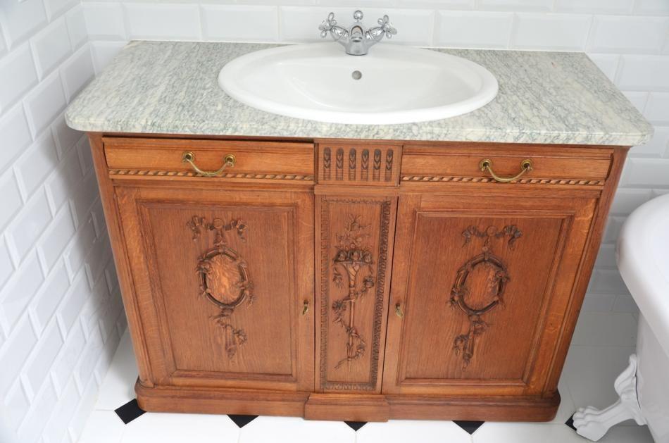 Stara komoda przerobiona na szafkę łazienkową w stylu rustykalnym