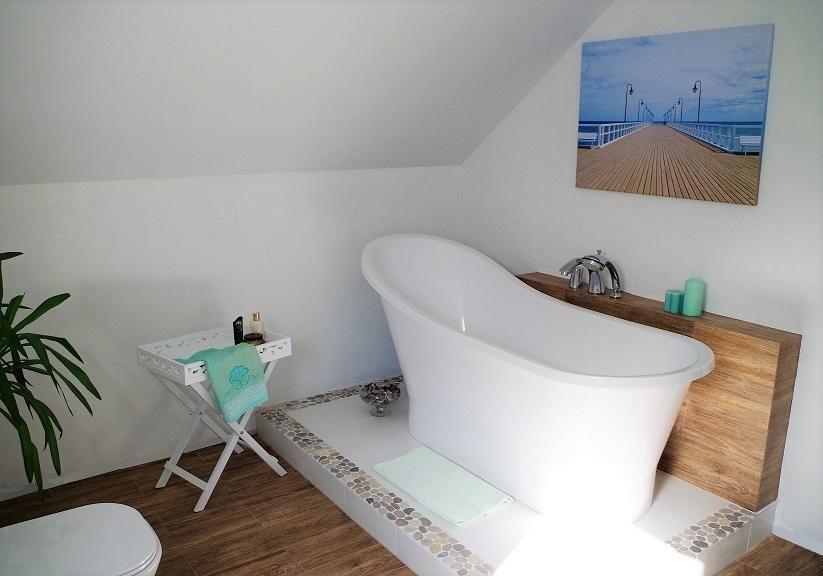 Łazienka oryginalna - stolik kawowy przy wannie