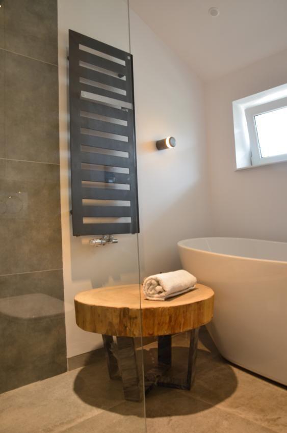 Nowoczesna łazienka na poddaszu z elementami drewna i betonu
