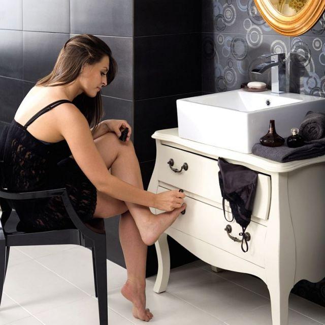 Toaletka w łazience z szafkami i konsolą