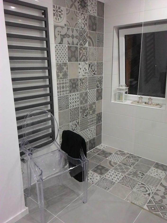 Krzesło Louis Ghost i patchwork w aranżacji nowoczesnej łazienki