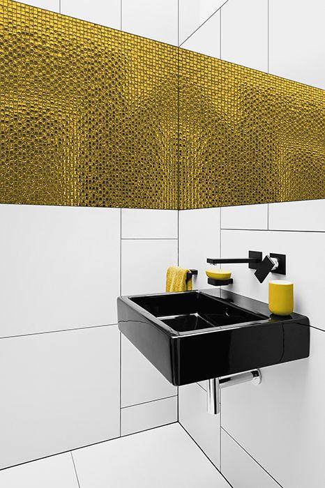 Eksplozja barw w łazience - gradacje ze złotej mozaiki