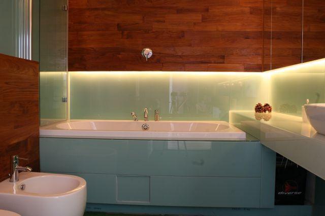 szkło lacobel na ścianie w łazience
