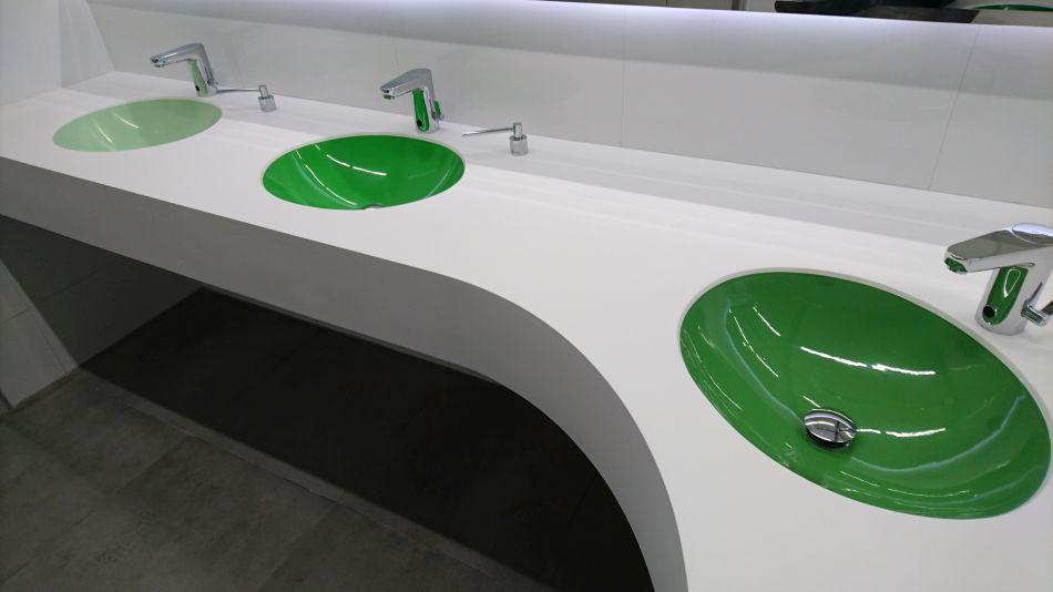 Umywalki wielostanowiskowe przeznaczone do użytku powszechnego