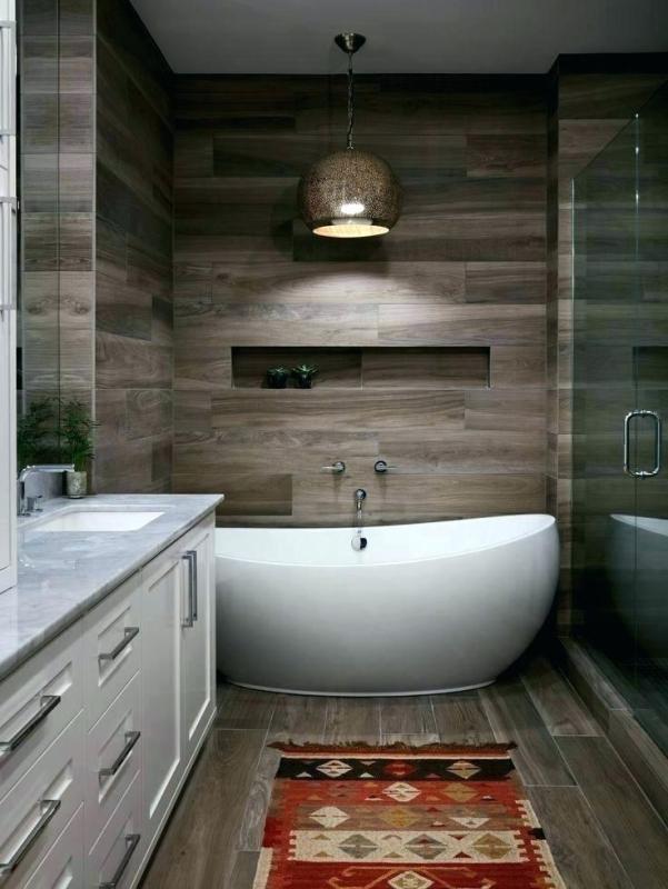 Wanna wolnostojąca w małej łazience
