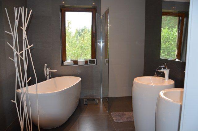 Stojący wieszak w łazience - stylowy dodatek