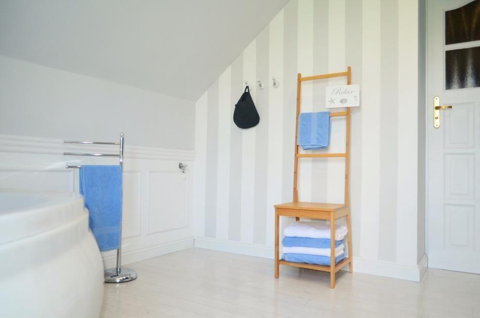 Akcesoria i dodatki do łazienki - krzesło-wieszak