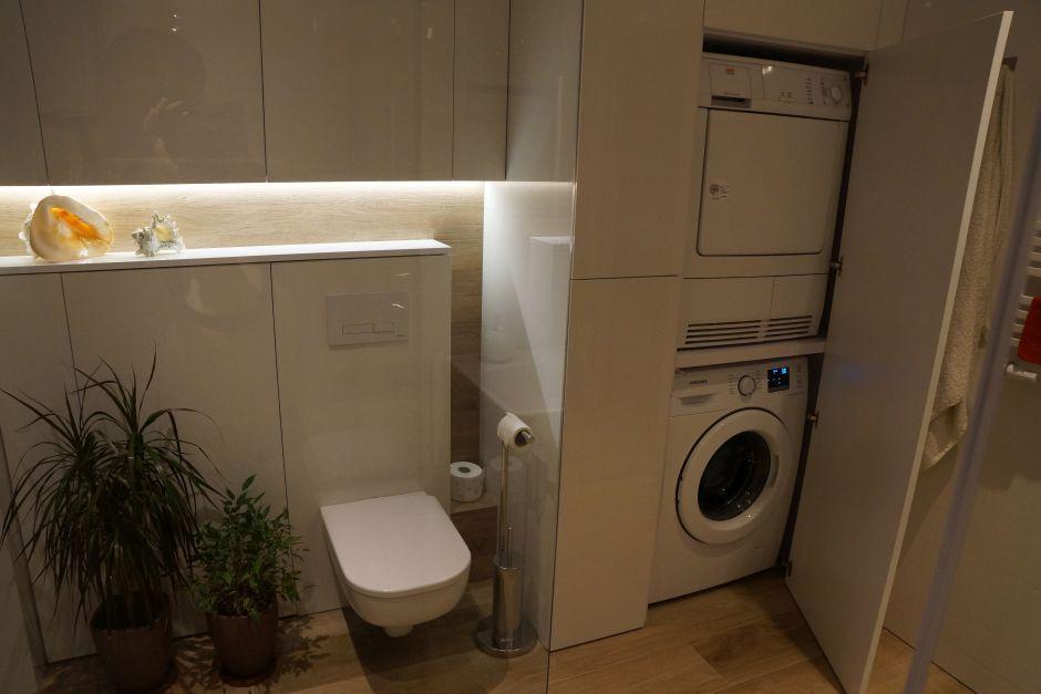 Zabudowa na wymiar w łazience z miejscem na pralkę i suszarkę