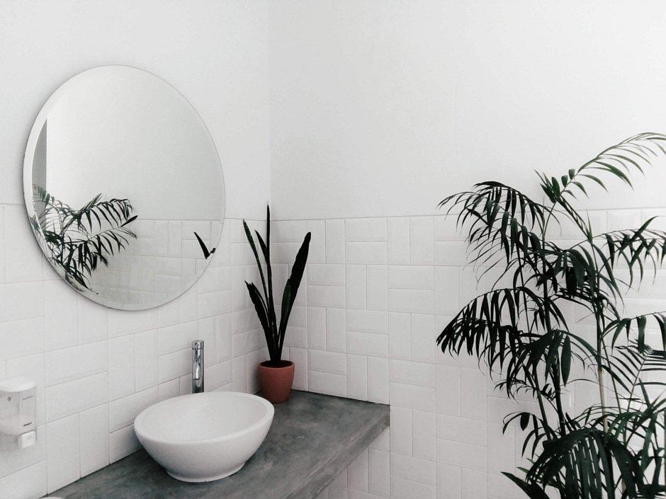 Niewielka umywalka nablatowa i duże lustro – rozwiązanie do małej łazienk