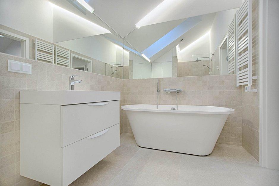 Pomysł na małą łazienkę w bloku: jeden pojemny mebel, jasne ściany, duże lustra