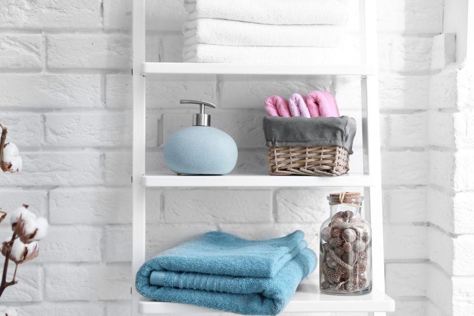 Doniczki i słoiki w organizacji kosmetyków w łazience