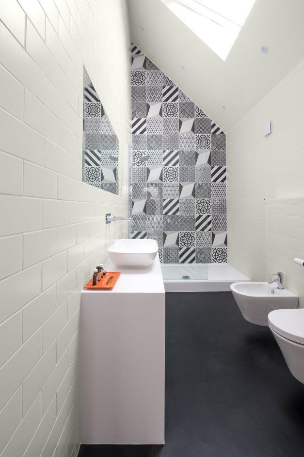 Mała, biała łazienka patchwork