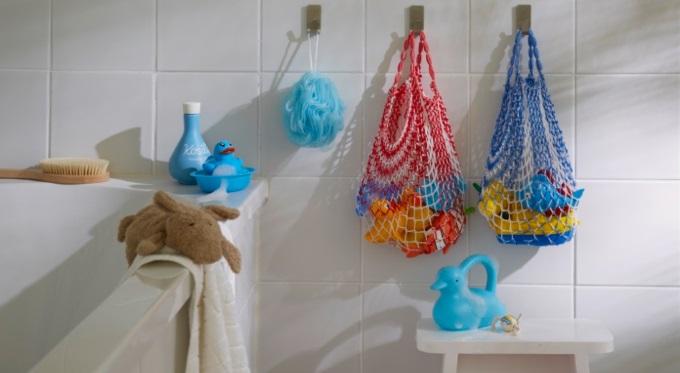 Plastry i haczyki tesa® - przechowywanie przedmiotów w łazience