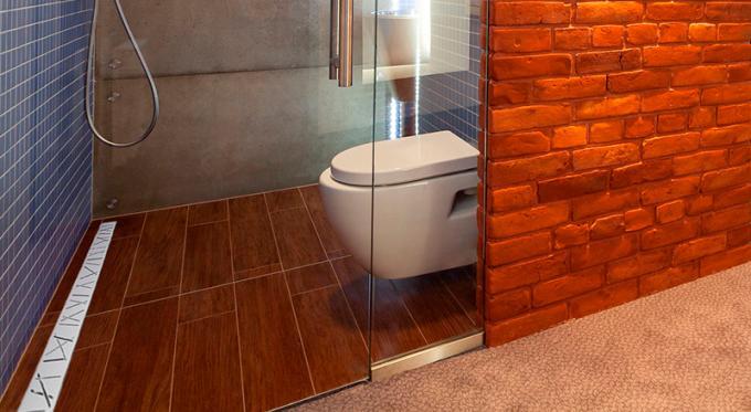 Mała łazienka z prysznicem czy z wanną